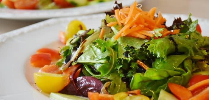 Hrana za razstrupljanje vključuje zelenjavo, nesladko sadje, lahko tudi stročnice in veliko sveže vode